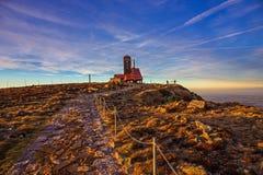 Solnedgång i jätteberg Arkivbilder