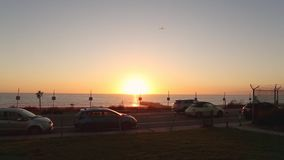 Solnedgång i Kalifornien med ett flygplan som tar av arkivfilmer