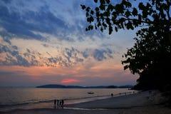 Solnedgång i Krabi Thailand arkivbilder