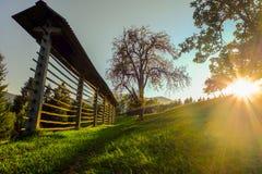 Solnedgång i kullar (Slovenien, Jesenice) Arkivbild