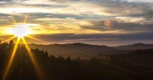 Solnedgång i kullarna Arkivfoton