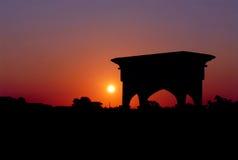 Solnedgång i kyrkogården Arkivfoto