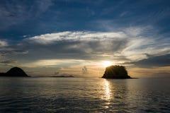 Solnedgång i Labuan Bajo i Indonesien arkivfoto