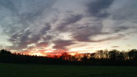 Solnedgång i landet Arkivbild