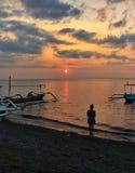 Solnedgång i Lovina, Bali arkivfoto