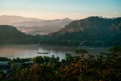 Solnedgång i Lunag Prabang, Laos Härliga moln över staden Berg i bakgrunden fantastisk blå sky Perfekt villkor royaltyfri bild