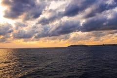 Solnedgång i Malta under en tur på en färja royaltyfria bilder