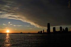 Solnedgång i manhattan Arkivfoton