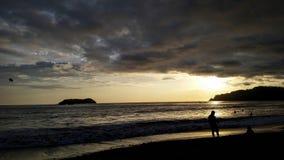 Solnedgång i Manuel Antonio fotografering för bildbyråer