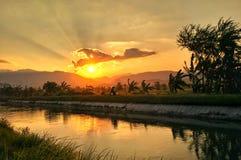 Solnedgång i min by Arkivfoton