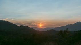 Solnedgång i mitt av bergen Arkivfoton