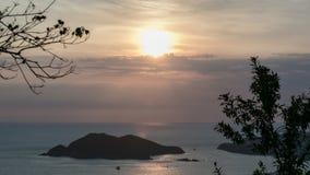 Solnedgång i mitt av havet Arkivfoto