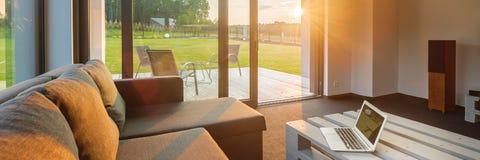 Solnedgång i modern vardagsrum royaltyfri fotografi
