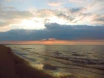 Solnedgång i molnen och havet Royaltyfri Fotografi