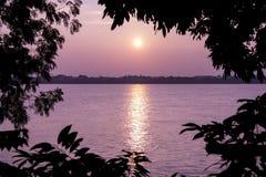 Solnedgång i Nakhonet Phanom. Sikt från Laos. Arkivfoton