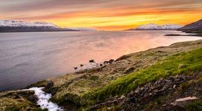 Solnedgång i nord av Island nära Akureyri Royaltyfri Foto