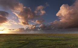Solnedgång i Normandie, nära Mont Saint Michel Royaltyfria Foton
