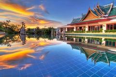 Solnedgång i orientaliskt landskap av Thailand Royaltyfri Bild