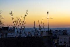 Solnedgång i Paris, sikt av taket av hus och Eiffeltorn Sikt från basilikan Sacre Coeur arkivbild