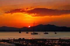 Solnedgång i Phuket, Thailand en mycket populär turist- destination Arkivbilder