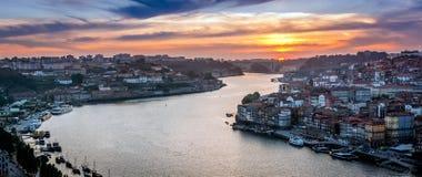 Solnedgång i Porto, Portugal Douro flod Royaltyfria Foton