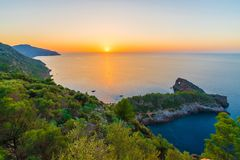 Solnedgång i Puesta de Solenoid en Sa Foradada, Palma Mallorca öar, Spanien arkivbild