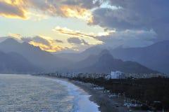 Solnedgång i shoreline av medelhavs- i Antalya, kalkon Arkivbilder