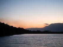 Solnedgång i sjön av naturen royaltyfri bild