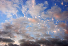 Solnedgång i skyen arkivbilder