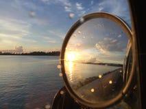 Solnedgång i spegel Arkivfoto