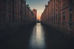 Solnedgång i Speicherstadten i Hamburg arkivfoto