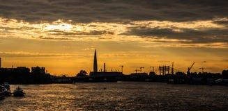 Solnedgång i St Petersburg med en sikt av staden royaltyfria foton