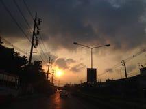 Solnedgång i stad Royaltyfri Foto
