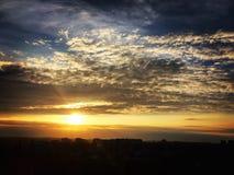 Solnedgång i stad Arkivbild