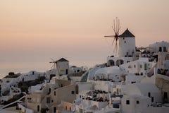 Solnedgång i stad av Oia, Santorini, Tira Island, Cyclades Arkivfoto