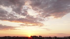 Solnedgång i staden arkivfilmer