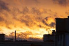 Solnedgång i staden Brandsolnedgång Arkivfoto
