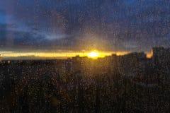Solnedgång i staden efter regn royaltyfri foto
