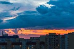 Solnedgång i staden arkivfoton