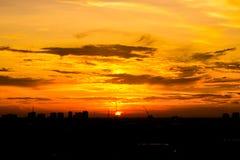 Solnedgång i stads- Fotografering för Bildbyråer