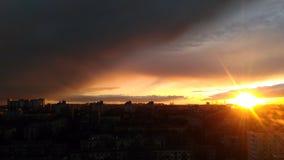 Solnedgång i stadsnatten Royaltyfria Bilder