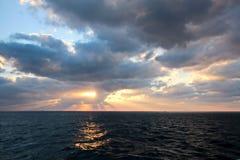 Solnedgång i Stilla havet Olika typer av solnedgången från sidan av skeppet, medan köra och ankra på porten royaltyfri fotografi