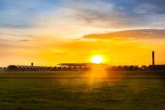 Solnedgång i Suvannaphumi den internationella flygplatsen Royaltyfria Bilder