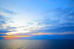 Solnedgång i Sverige flaggafärger Royaltyfri Fotografi