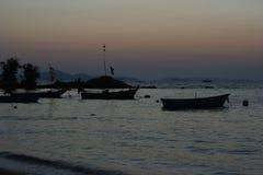 Solnedgång i Thailand bland fartyg fotografering för bildbyråer