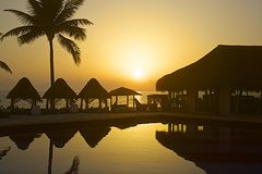 Solnedgång i tropiskt hotell i Mexico Royaltyfria Foton