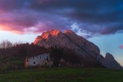 Solnedgång i Urkiola i baskiskt land Arkivfoto