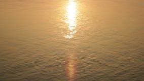 Solnedgång i vatten stock video