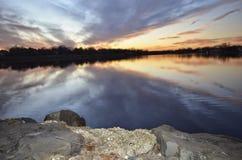 Solnedgång i vattnet Arkivfoton
