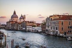 Solnedgång i Venedig Italien med kanaler Fotografering för Bildbyråer
